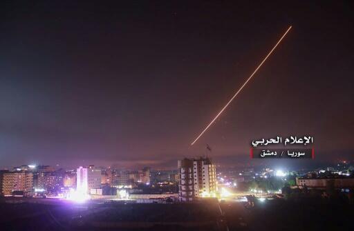 Imagen difundida por un medio afín a Damasco el 10 de mayo de 2018 que muestra lo que indican que son defensas antiaéreas sirias interceptando disparos israelíes