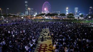 Manifestantes antigubernamentales en Hong Kong asisten el 27 de septiembre de 2019 a un mitin en Edinburgh Place para mostrar solidaridad con los activistas políticos arrestados.