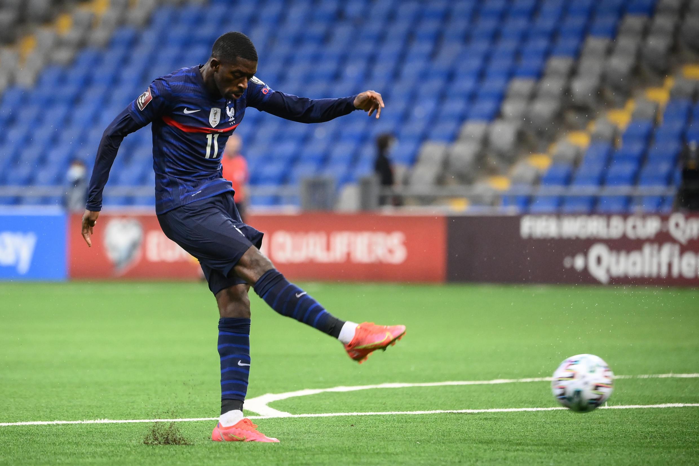 L'attaquant français Ousmane Dembélé tire et marque lors du match de qualification au Mondial 2022 contre le Kazakhstan, à Noursoultan, le 28 mars 2021