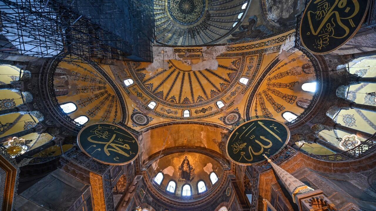 La bóveda del museo de Santa Sofía en Estambul, Turquía, sostiene siglos de historia en uno de los edificios más significativos del país. Imagen del 26 de junio de 2020.