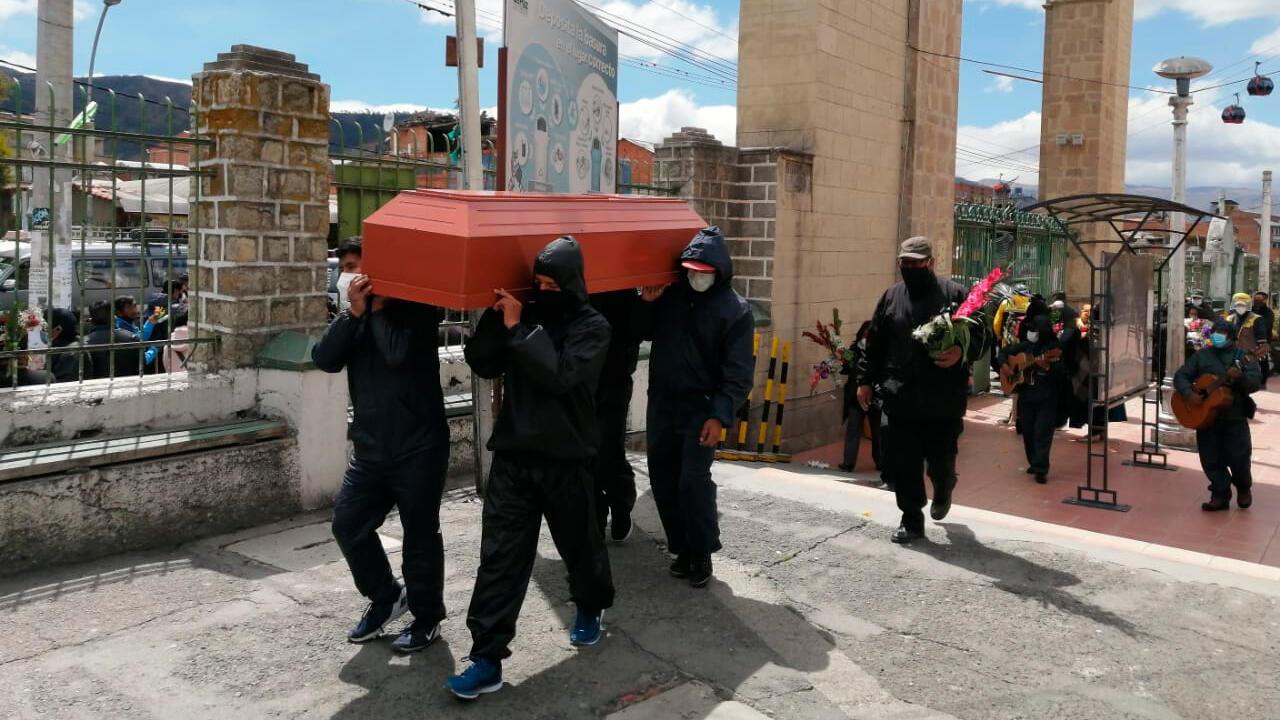 Empleados de una funeraria trasladan un cuerpo en el cementerio general de La Paz, en Bolivia.