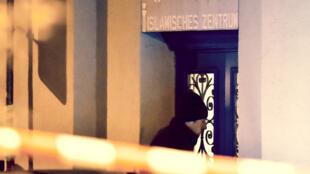 Un policier suisse devant l'entrée du centre islamique de Zurich, le 19 décembre 2016.