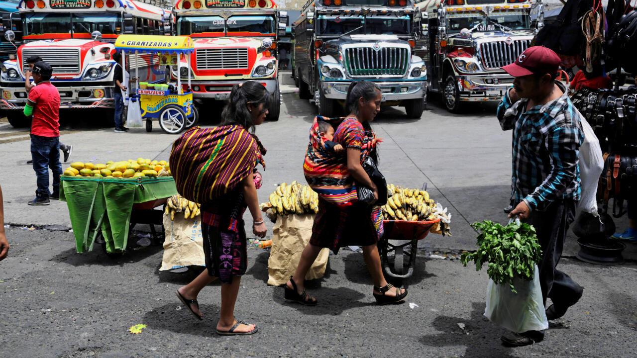 Gente caminando por el mercado callejero de La Terminal días antes de las elecciones presidenciales. Ciudad de Guatemala, Guatemala, el 12 de junio de 2019.