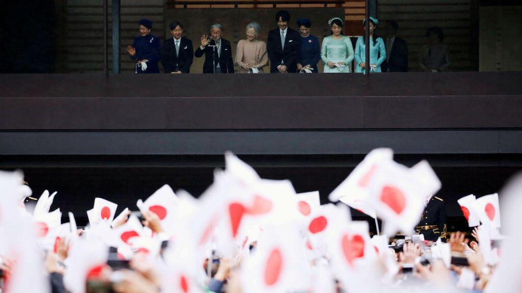 Japoneses saludan a Akihito y la emperadora Michiko para celebrar su 85 cumpleaños en compañía del futuro emperador Naruhito, en una imagen de archivo de diciembre de 2018