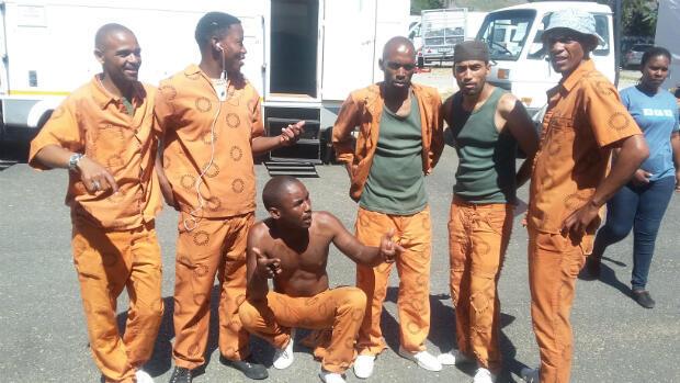 """Welcome Witbooi (à gauche) et les autres acteurs jouant des membres du gang sur le tournage de """"Forgiven""""."""