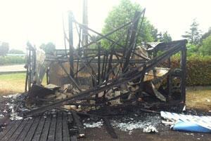 L'incendie du mobil-home a fait fondre un générateur électrique situé à quelques pas. Conséquence : les feux de circulation ne fonctionnaient plus. (Crédit : Charlotte Boitiaux/FRANCE 24)