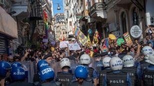 Des manifestants bravant l'interdiction de manifester pour la Marche des fiertés, le 30 juin 2019, à Istanbul.