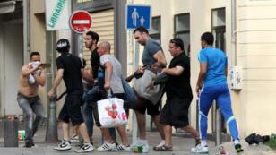 Un blessé transporté après les heurts entre supporters russes et anglais, le 11 juin, à Marseille.