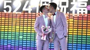 """Shane Lin et Marc Yuan s'embrassent devant les caméras après s'être dit """"oui"""", vendredi 24 mai 2019."""