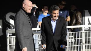 Le président de la FFR Bernard Laporte (g) échange avec Mohed Altrad, celui de Montpellier, le 19 février 2017 avant un match de Top 14 à l'Altrad Stadium