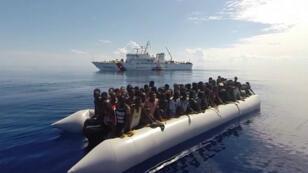 Des migrants lors d'une opération de sauvetage des garde-côtes italiens au large de la Sicile, le 29 septembre 2015.