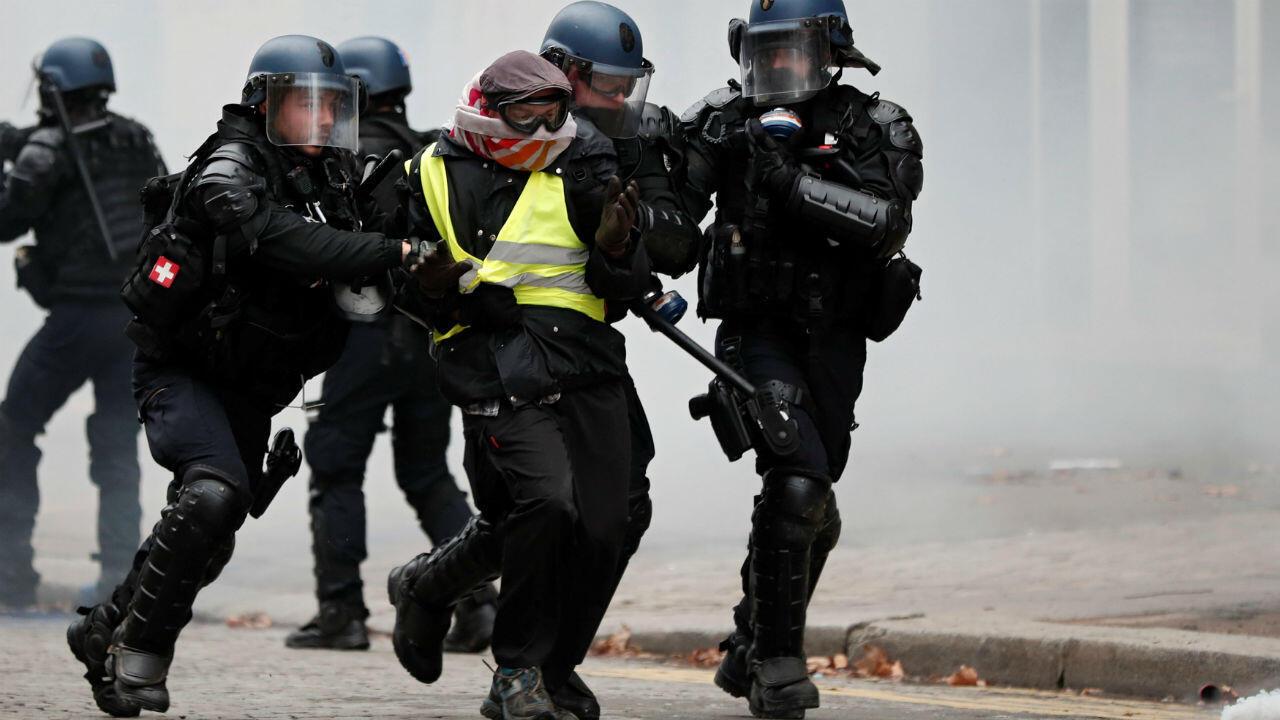 Des forces de l'ordre arrêtent un Gilet jaune à Paris le 8 décembre 2018.