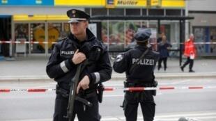 الشرطة الألمانية تطوق المتجر الذي وقع فيه الهجوم بالسكين في 28 تموز/يوليو 2016.
