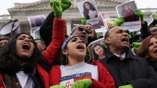 Manifestantes protestan en Washignton por la cancelación de programas migratorios como DACA y TPS
