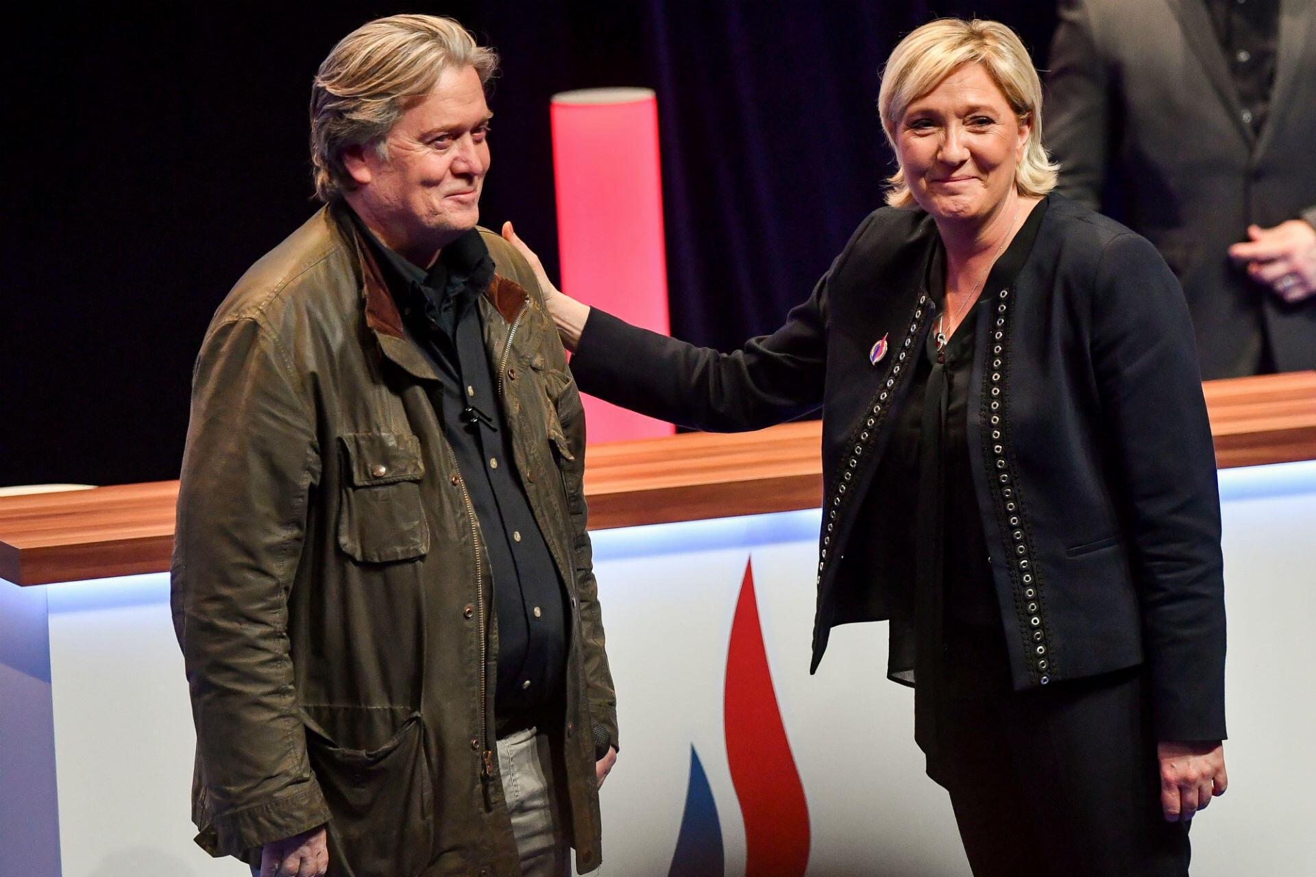 """Après une année 2017 difficile, Marine Le Pen tente de se relancer lors du congrès de son parti en mars. Pour définitivement tourner la page Jean-Marie Le Pen et achever la """"normalisation"""" du parti, elle annonce le changement de nom du Front national en Rassemblement national. Mais la présence à Lille du sulfureux Steve Bannon, ancien conseiller de Donald Trump, fait tache."""