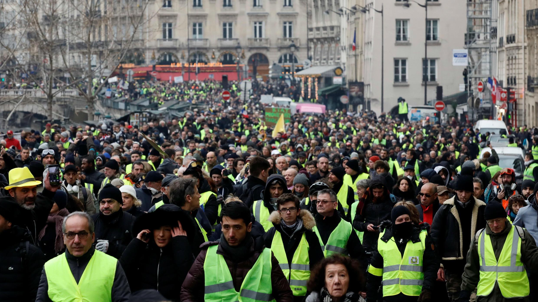 Manifestantes de la movilización 'chalecos amarillos' marchan en París. 5 de enero de 2019.