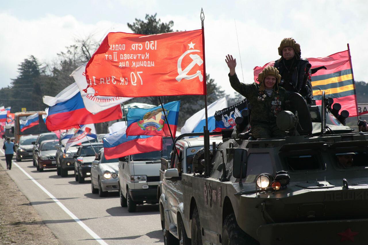 Miembros del grupo 'Lobos de la noche' celebran los cinco años de la anexión de Crimea a Rusia, en Sebastopol, el 16 de marzo de 2019.