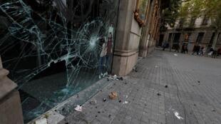 Une vitrine brisée après des affrontements lors de la grève générale de Catalogne à Barcelone, en Espagne, le 19 octobre 2019.