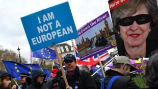 Manifestantes a favor y en contra del Brexit, a las afueras del Parlamento británico. Londres, Reino Unido, el 14 de marzo de 2019.
