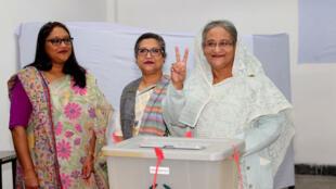 La primera ministra Sheikh Hasina vota en las elecciones generales en un puesto de Daca, Bangladesh, el 30 de diciembre de 2018.