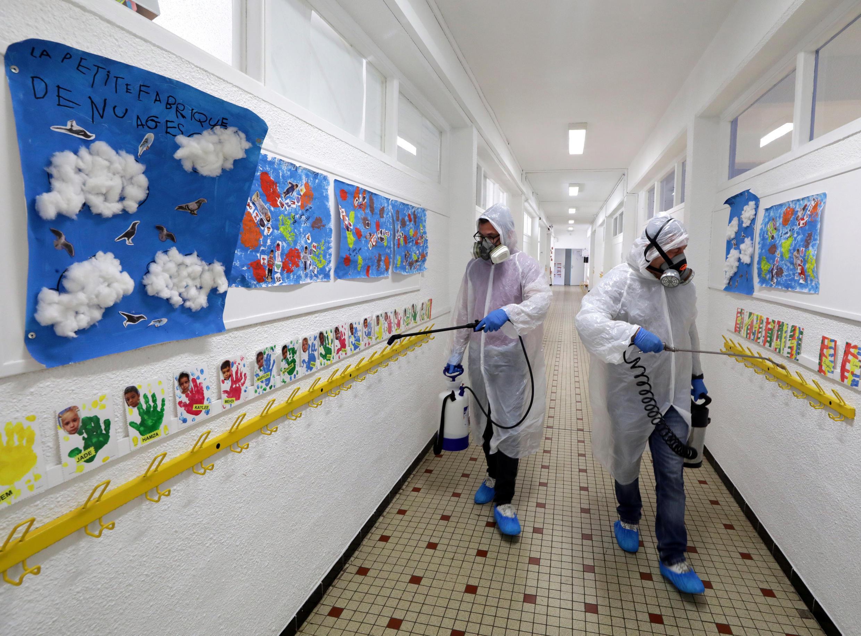 Un equipo de desinfección limpia un corredor de la escuela primaria Saint Exupery en Cannes mientras Francia se prepara para el levantamiento gradual de las restricciones de cierre durante el brote de la enfermedad por coronavirus (COVID-19) en Francia, el 5 de mayo de 2020.