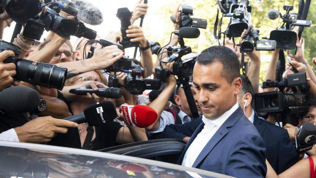El viceprimer ministro italiano y ministro de Trabajo, Luigi Di Maio, también líder del Movimiento 5 Estrellas se sube a su automóvil al final de la reunión con el personal de su partido, en Roma, Italia, 26 de agosto de 2019 durante las negociaciones con el PD.
