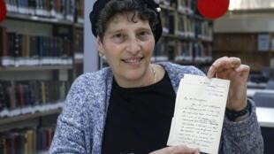 L'archiviste de la Bibliothèque nationale israélienne Rachel Misrati montre une lettre datée de 1900 de l'éditeur du dictionnaire anglais d'Oxford, James Murray, à Jérusalem, le 27 février 2020