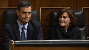 Le Premier ministre espagnol Pedro Sanchez et Carmen Calvo, la vice-présidente du gouvernement espagnol, lors du débat au Parlement espagnol sur le budget 2019, mercredi 13 février 2019.