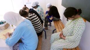 """سيدات يجلسن في وحدة حماية الحوامل خارج إطار الزواج """"بسمة"""" 25 مايو/أيار 2010"""
