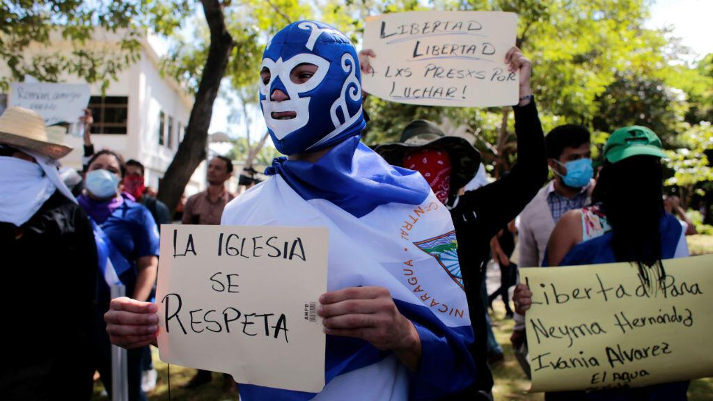 Un estudiante enmascarado protesta contra el gobierno del presidente nicaragüense Daniel Ortega en la Universidad Centroamericana (UCA) en Managua, el 22 de noviembre de 2019.