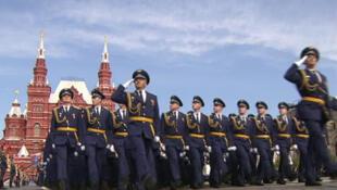 العرض العسكري على التلفزيون الروسي في 9 أيار/مايو 2014.