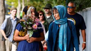 Las mujeres de Nueva Zelanda utilizan velo para asisten a una vigilia de víctimas de los tiroteos en la mezquita en Christchurch, Nueva Zelanda, 24 de marzo de 2019.