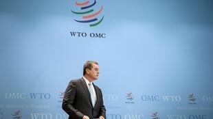 Foto de archivo tomada el 2 de abril de 2019, muestra al director general de la Organización Mundial del Comercio (OMC), el brasileño Roberto Azevedo, llegando para una conferencia de prensa sobre las previsiones de crecimiento del comercio mundial 2019-2020, en Ginebra.