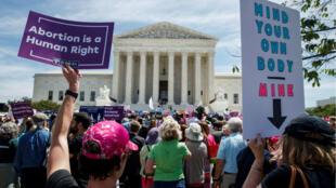 Activistas a favor del aborto protestan frente a la Corte Suprema en Washington D. C., Estados Unidos, el 21 de mayo de 2019.