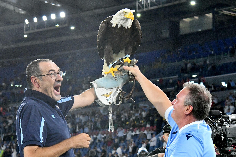 Dopo aver vinto il derby di Serie A contro la Roma allo Stadio Olimpico di Roma il 26 settembre 2021, l'allenatore della Lazio Roma Marricio Sari ha posato con il logo del club Eagle Olympia.