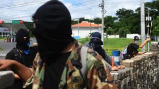 Estudiantes con morteros caseros permanecen en una barricada frente a los continuos ataques de la policía antidisturbios y miembros del grupo progubernamental, Juventud Sandinista, en los alrededores de la Universidad Nacional Autónoma de Nicaragua (UNAN), en Managua, Nicaragua. 23 de junio de 2018.