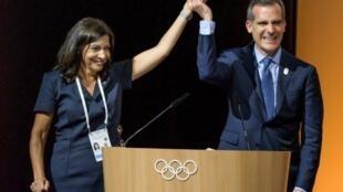رئيسة بلدية باريس وعمدة مدينة لوس أنجلس الأمريكية بعد إقرار مبدأ التصويت المزدوج لمنح استضافة أولمبيادي 2024 و2028، في 11 تموز/يوليو 2017