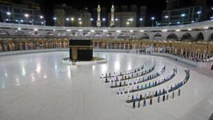 مصلون في المسجد الحرام في مكة في 23 حزيران/يونيو 2020