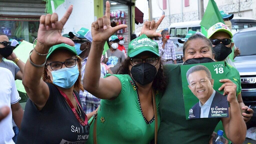 Seguidoras del expresidente y candidato, Leonel Fernández, muestran uno de sus carteles de campaña electoral durante una de las marchas a favor de su elección. En Santo Domingo, República Dominicana. El 2 de julio de 2020.