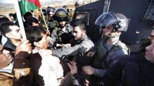 Le haut responsable palestinien, Ziad Abou Eïn, est agrippé par un soldat israélien, lors d'une manifestation en Cisjordanie, le 10 décembre 2014.