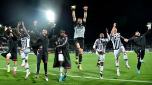 Les joueurs de la Juventus Turin célèbrent leur victoire face à la Fiorentina.
