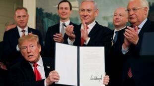 الرئيس الأمريكي دونالد ترامب عقب توقيعه إعلانا بالاعتراف بالسيادة الإسرائيلية على الجولان وخلفه رئيس الوزراء الإسرائيلي بنيامين نتانياهو 25 مارس/آذار 2019.