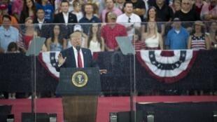Donald Trump s'adresse à la nation derrière une vitre pare-balle dégoulinante de pluie, jeudi 4 juillet 2019.