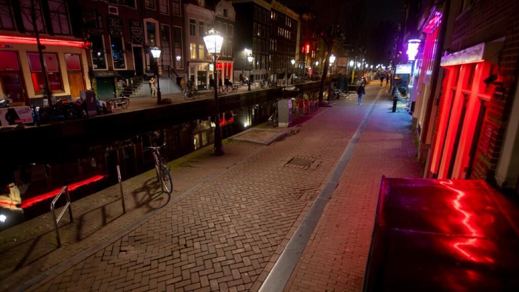 En esta imagen de archivo del 15 de marzo de 2020 aparece el Barrio Rojo de Ámsterdam, principal zona de fiesta de la ciudad, casi totalmente vacía debido a la pandemia de coronavirus.