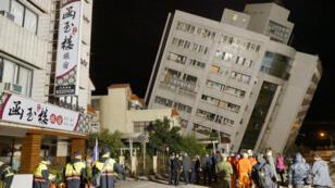 عمال الإغاثة يحاولون البحث عن الناجين وقوع زلزال ضرب تايوان في 7 شباط/فبراير 2018