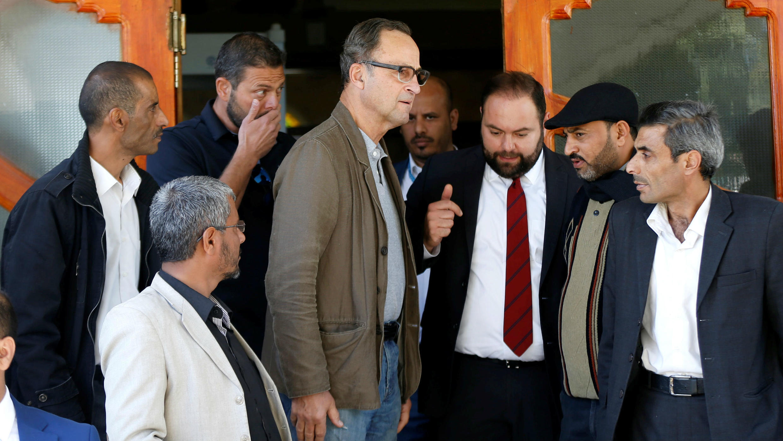El general neerlandés retirado Patrick Cammaert, quien encabeza el equipo de monitoreo del alto el fuego en Hodeida, llega a Saná, el 23 de diciembre de 2018.