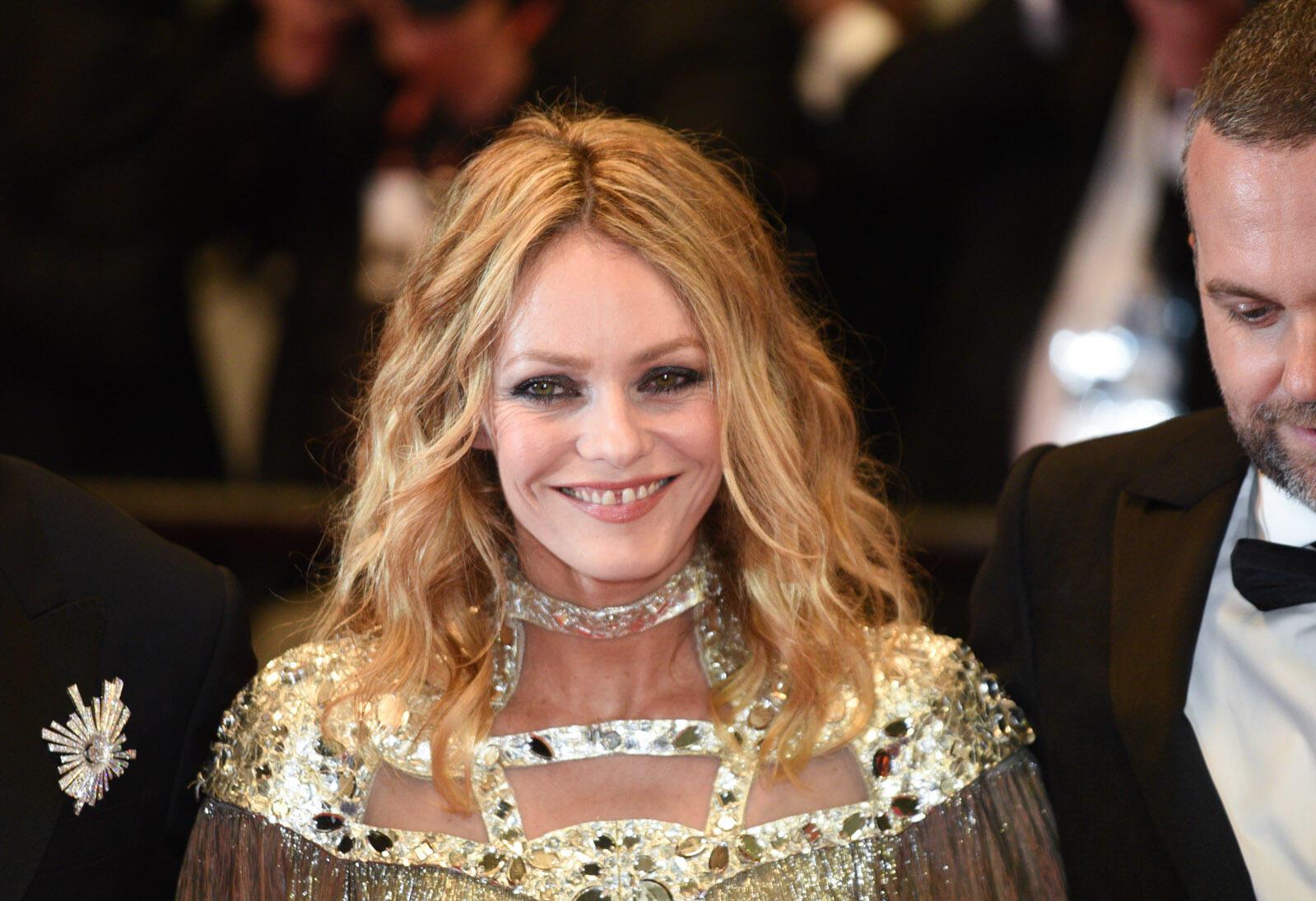 """حضور الممثلة الفرنسية فانيسا بارادي في مهرجان كان لتسويق فيلمها """"سكين في القلب"""" حيث تلعب فيه دور منتجة أفلام إباحية ومثلية في السبعينيات."""