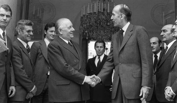 Valéry Giscard d'Estaing shakes the hand of interim president Alain Poher.