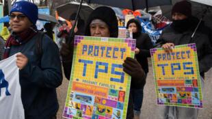 Un grupo de manifestantes participa en una marcha por el Estatus de Protección Temporal, TPS, en las inmediaciones de la Casa Blanca en Washington, DC, el 12 de febrero de 2019.