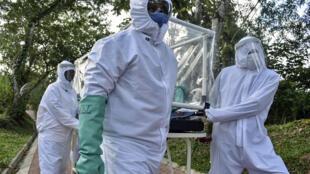 Un patient du Covid-19 est transporté par des infirmiers le 3 juillet 2020 à Puerto Carreno en Colombie.